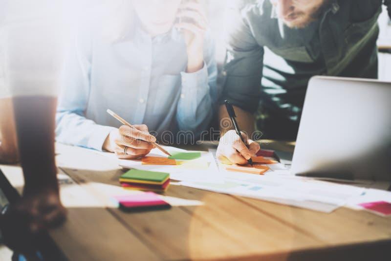 Встреча команды, партнерство Коммерческие директоры фото молодые работая с новым startup проектом в офисе Проанализируйте докумен стоковое изображение