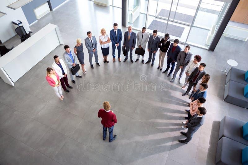 Встреча компании владением директора, концепция полуокружности стоковые фото