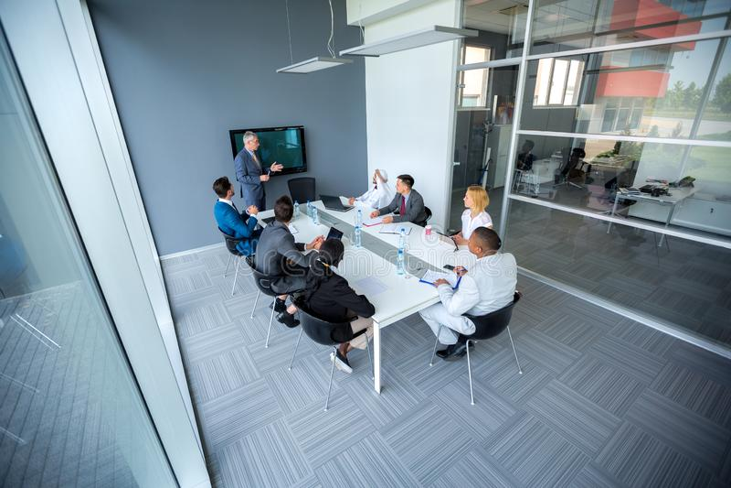Встреча компании с менеджером в конференц-зале стоковые фотографии rf