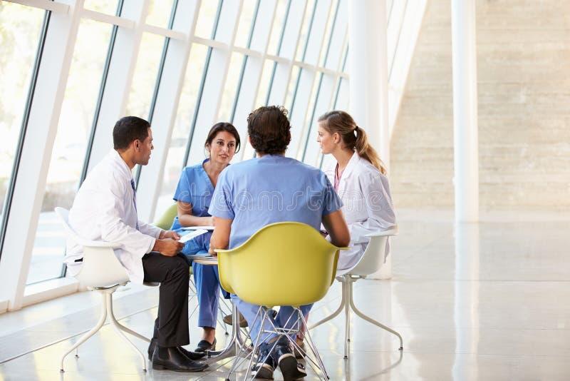 Встреча медицинской бригады вокруг таблицы в больнице стоковые фото