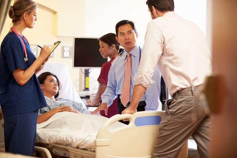 Встреча медицинской бригады вокруг женского пациента в палате стоковые фотографии rf