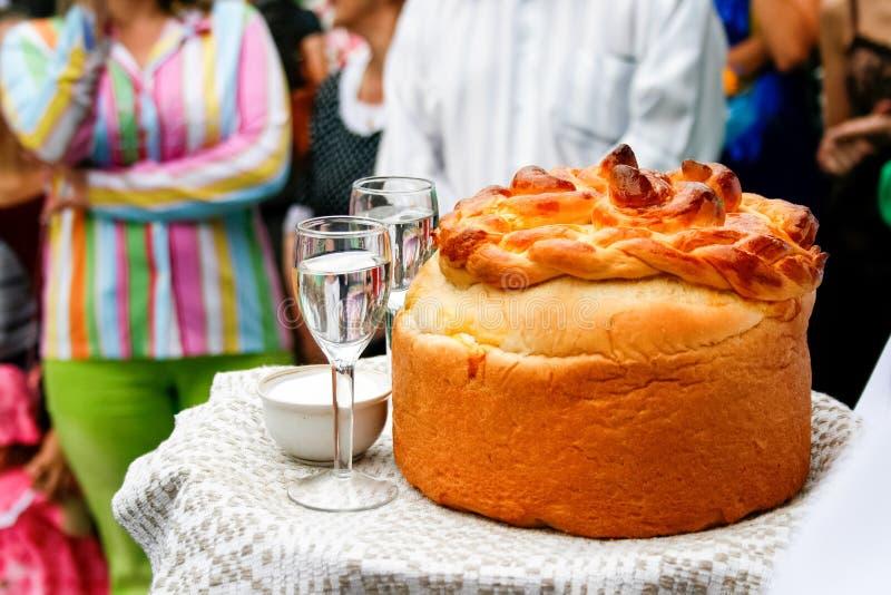 Встреча новобрачных после свадьбы славянских традиций свадьбы стоковое изображение rf