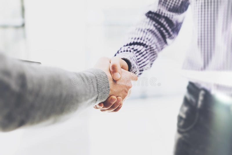 Встреча партнерства дела Рукопожатие businessmans изображения Успешный handshaking бизнесменов после хорошего дела
