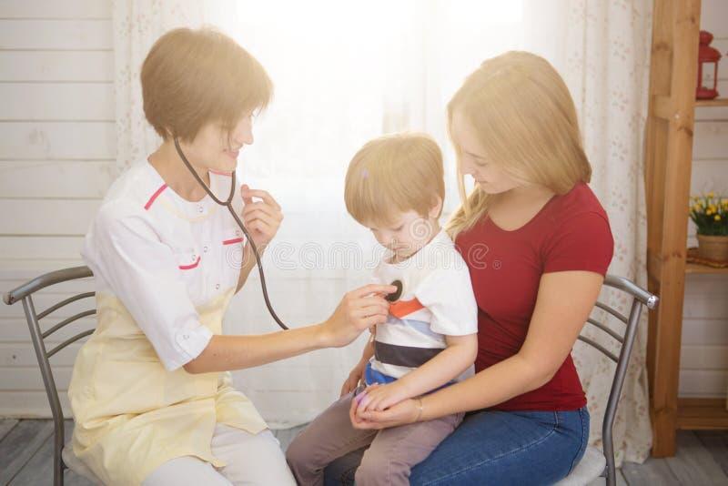 Встреча педиатра с матерью и ребенком в больнице стоковые изображения rf
