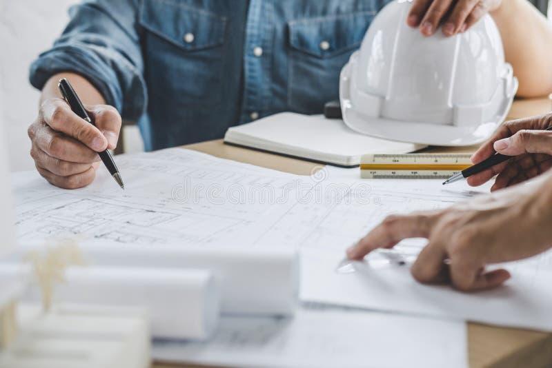 Встреча сыгранности инженера архитектуры, рисуя и работая для архитектурноакустических инструментов проекта и инженерства на рабо стоковое фото rf