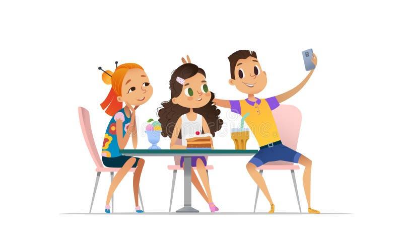 2 встречи девушек и мальчика на кафе a и selfie принимать Друзья подростков на ресторане принимая фото на телефоне бесплатная иллюстрация