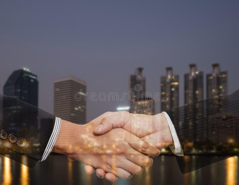 Встряхивание 2 руки стоковые фото