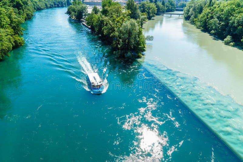 Вступая в противоречия реки в Женеве стоковое изображение