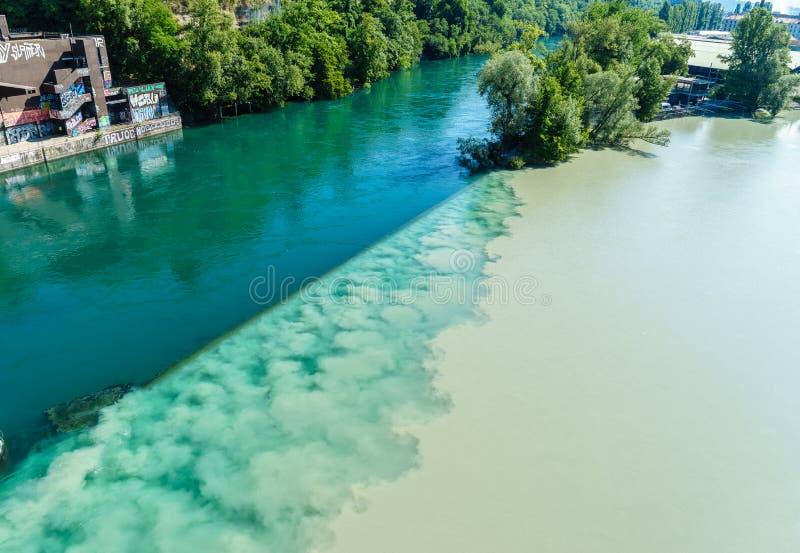 Вступая в противоречия реки в Женеве стоковое фото