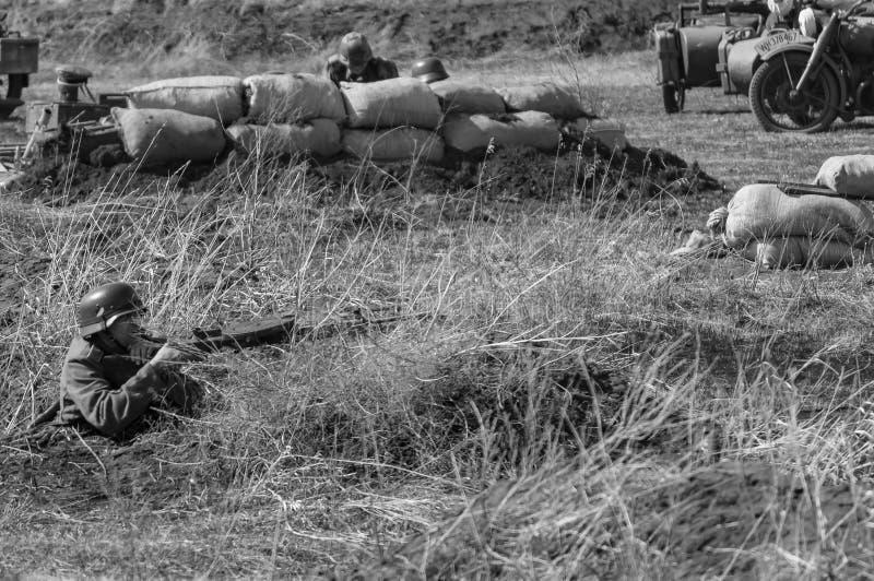 Всходы немецкие солдата на солдатах советских войск Реконструкция зоны самары враждебностей 2018-04-30, России стоковое изображение