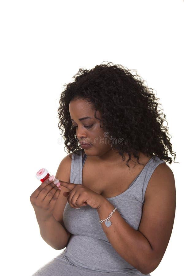 Всход концепции о здравоохранении женщины выбирая между яблоком и бутылкой пилюльки стоковые фотографии rf
