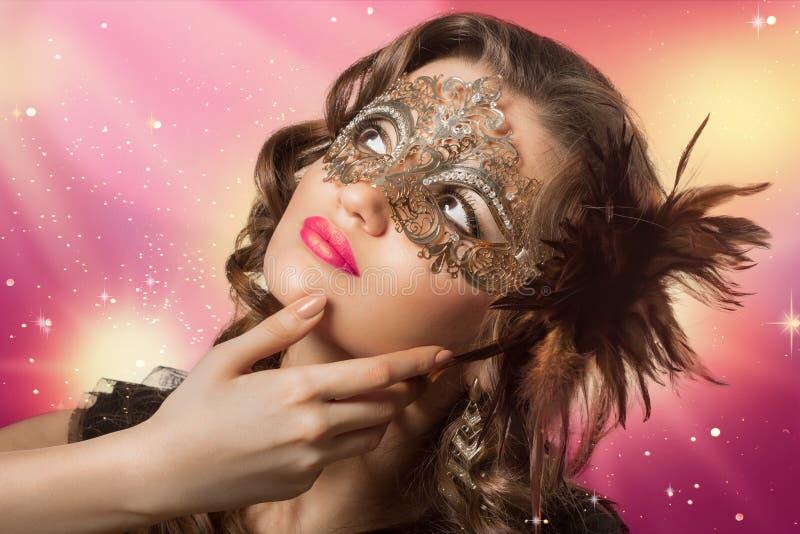 Всход красоты умной женщины брюнет в маске масленицы стоковые изображения