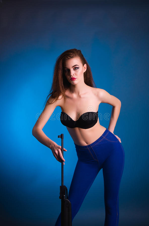 Всход моды девушки в студии стоковая фотография