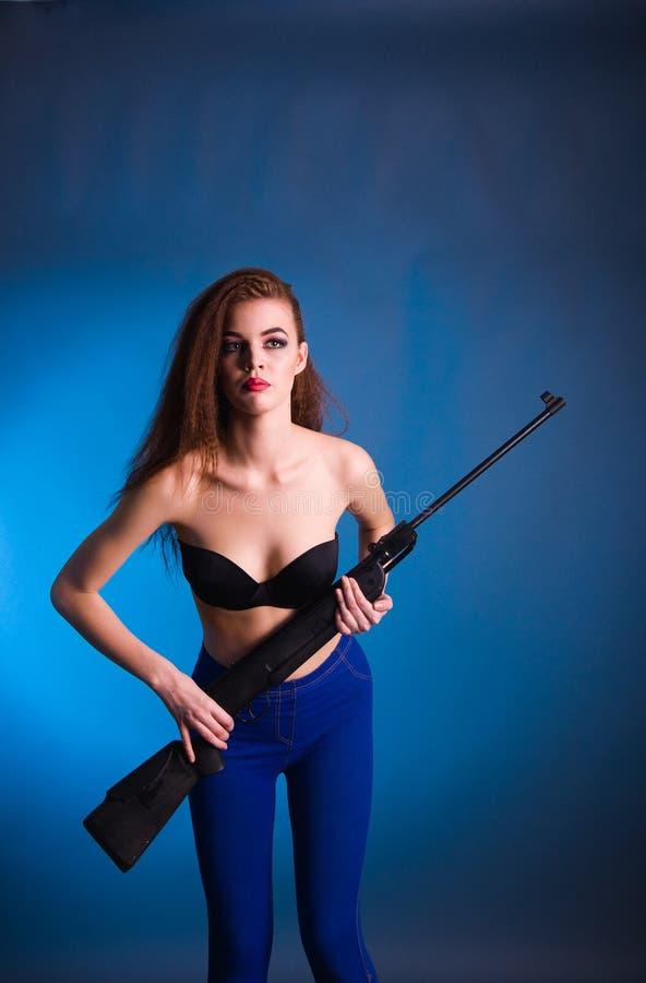 Всход моды девушки в студии стоковое изображение rf