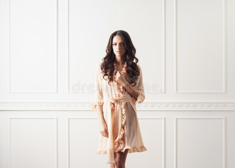 Всход моды красивой женщины в халате стоковое фото