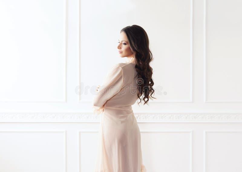 Всход моды красивой женщины в халате стоковое фото rf