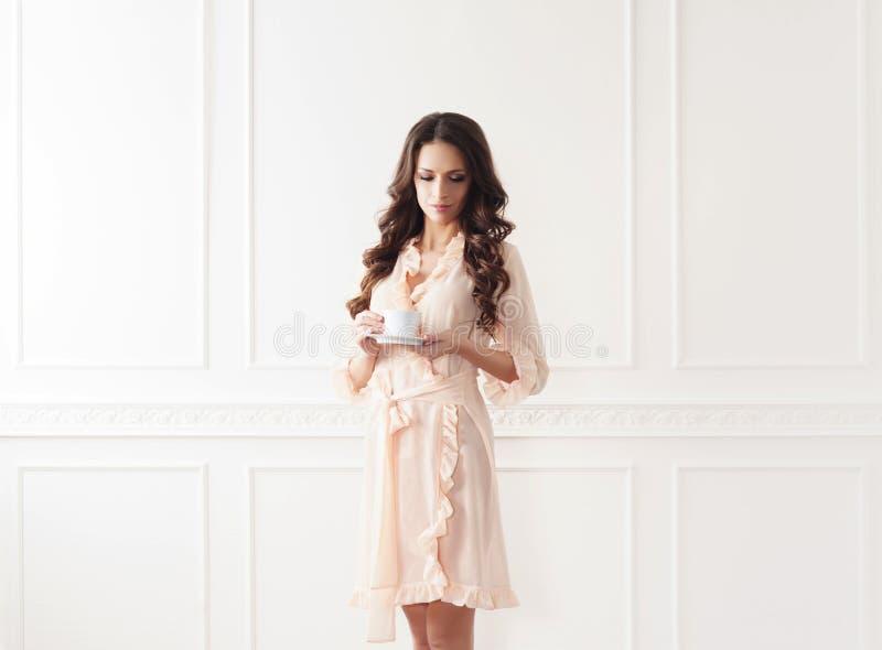 Всход моды красивой женщины в халате стоковая фотография rf