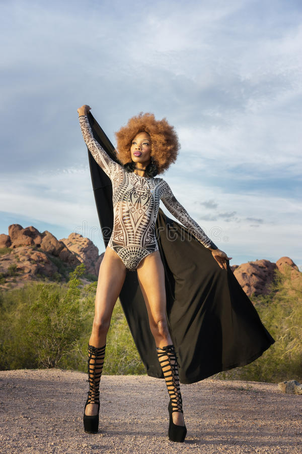 Всход стиля моды с красивый Афро-американский носить модели цельный стоковая фотография