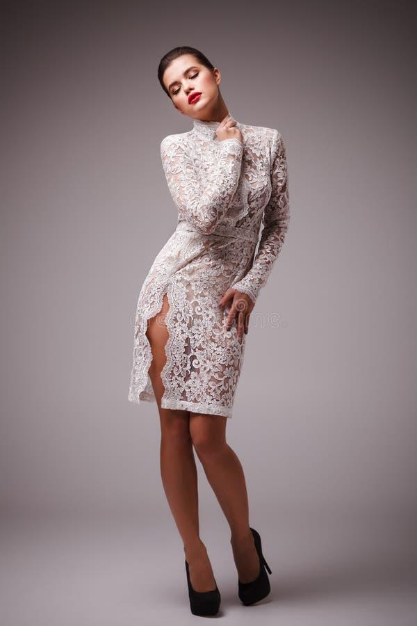 Всход студии привлекательной женщины в сексуальном белом платье стоковые фотографии rf