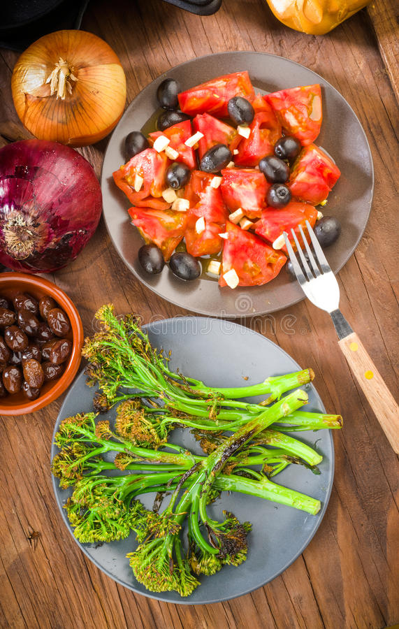 Всходы предложения брокколи и зажаренного салата томата стоковые изображения