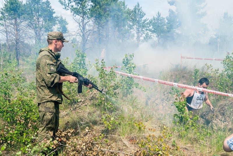 Всходы солдата пустыми патронами для удара стоковая фотография rf