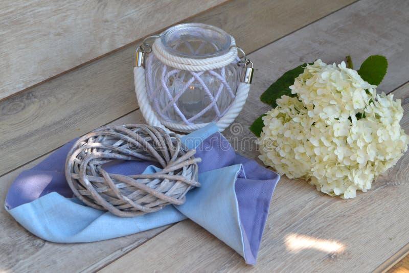 Вся тема дня Святых Фонарик с цветком гортензии на затрапезной предпосылке стоковое фото rf