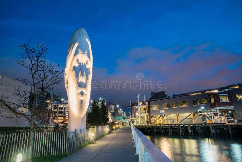 ВТОРЬТЕ, изваяйте созданный Jaume Plensa на портовом районе Сиэтл стоковая фотография rf