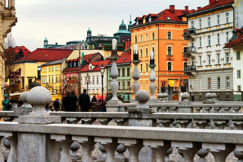 Втройне мост с известными старыми зданиями в центре города Любляны, Словении стоковые фотографии rf