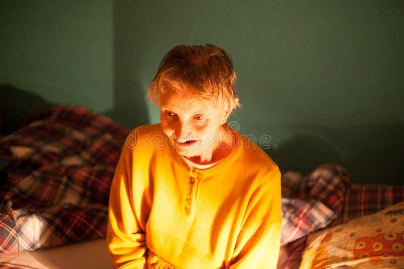 Вулверхэмптон, королевство Unied, 16-ое июня 2018 усаживание старухи очень Портрет более старой женщины Концепция с социальными п стоковое фото