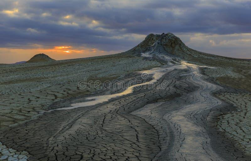 Вулканы грязи в Gobustan на заходе солнца стоковая фотография