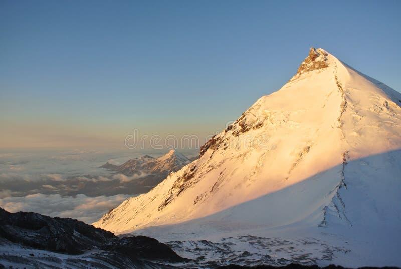 Вулканы на зоре стоковые изображения rf