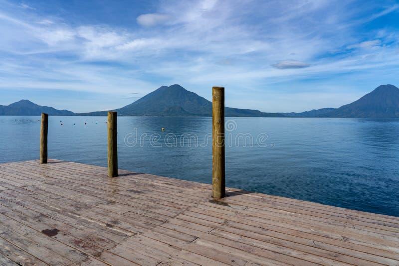 Вулканы на озере atitlan стоковые изображения rf