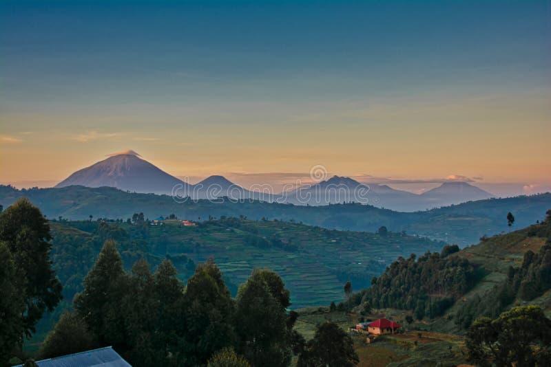 Вулканы Уганды с облаками утра и наслоенным покрашенным небом стоковая фотография rf