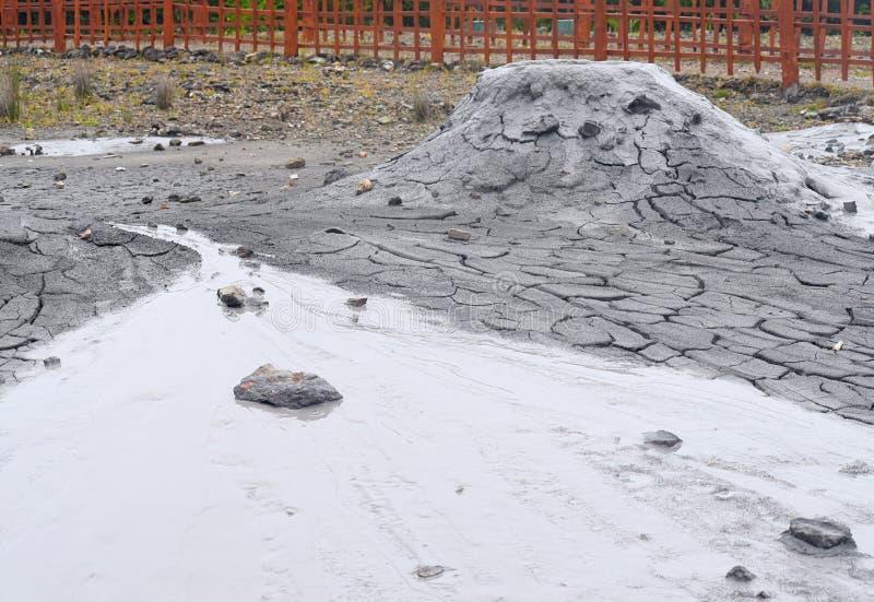 Вулкан грязи с излучением жидкостного и твердого материала - острова Baratang, островов Andaman Nicobar, Индии стоковая фотография rf