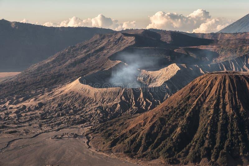 Вулкан держателя активное с дымом, Kawah Bromo, Gunung Batok на восходе солнца стоковые изображения