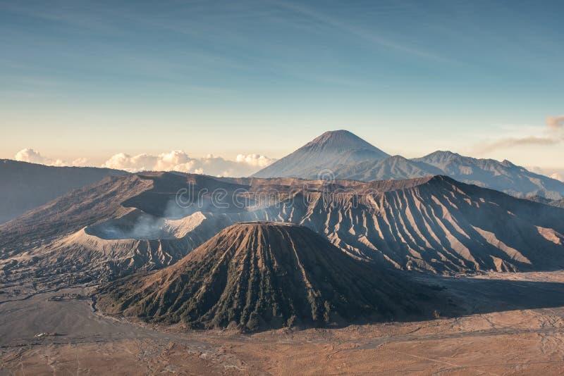 Вулкан держателя активное, Kawah Bromo, Gunung Batok на утре стоковые фото