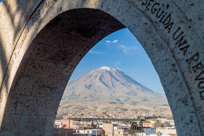 Вулкан и своды Misti стоковые изображения rf