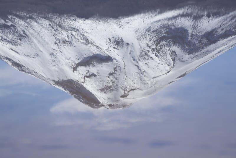 Вулкан отраженный в лагуне, пустыня Sairecabur Atacama, Чили стоковые изображения rf