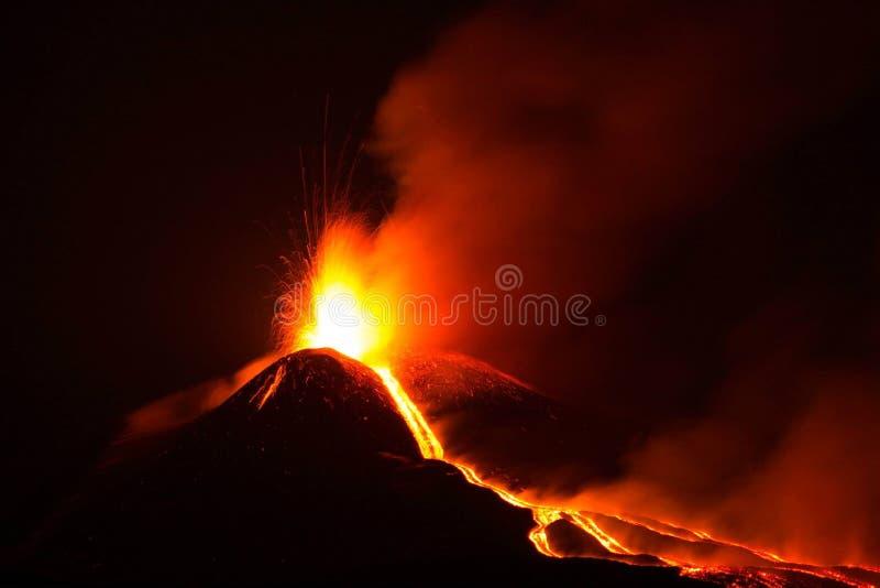 Вулкан Этна извергая с взрывом и лавовым потоком стоковые фотографии rf