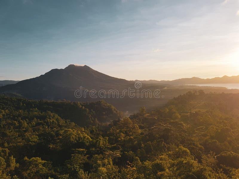 Вулкан Batur во время красивого восхода солнца в Бали стоковые фото