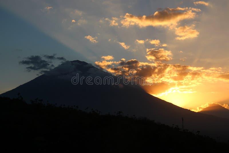 Вулкан Gunung Agung в Бали на заходе солнца стоковые фото