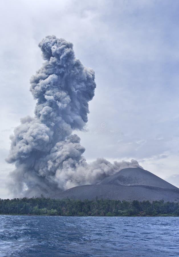 вулкан krakatau извержения anak стоковое изображение rf