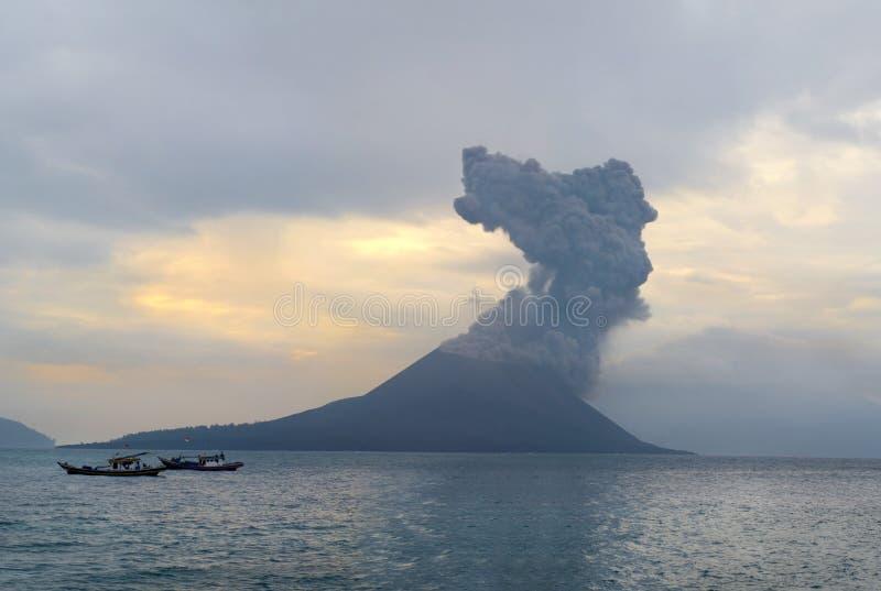 вулкан krakatau извержения anak стоковое фото