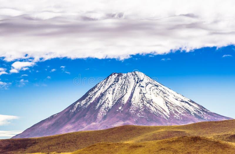 Вулкан Licancabur на границе Чили Боливия стоковые фото