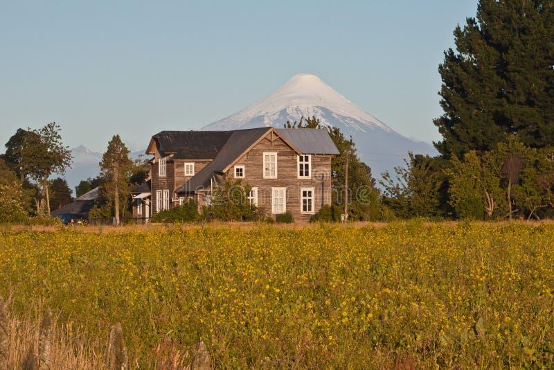 вулкан osorno дома коттеджа стоковая фотография