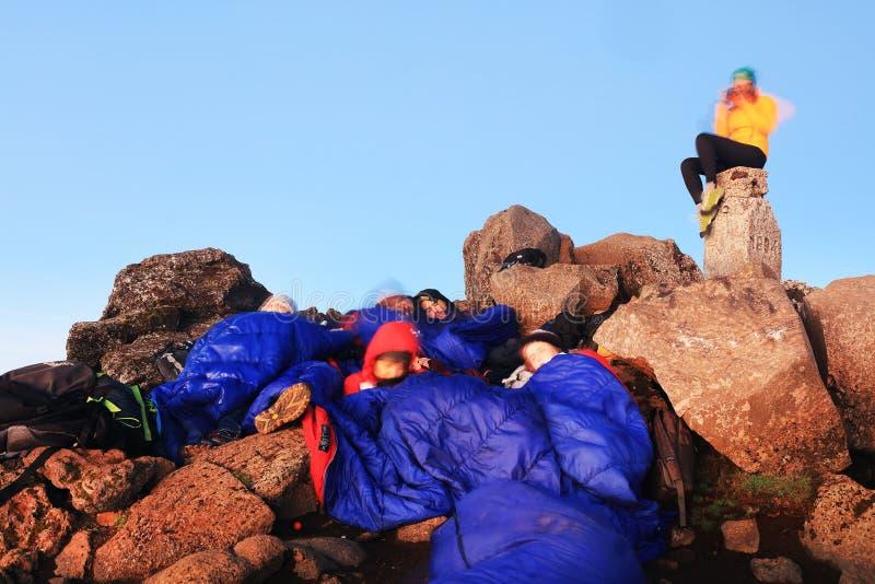 ВУЛКАН PICO, АЗОРСКИЕ ОСТРОВЫ, 27-ОЕ ИЮЛЯ 2017: Альпинисты ждать восход солнца на вулкане Pico стоковая фотография