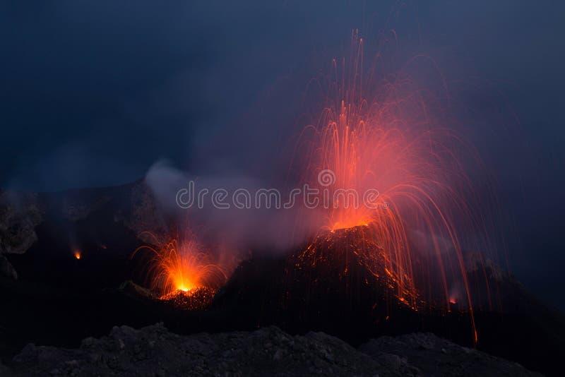 Вулкан Stromboli извергая с следами лавы стоковые фото