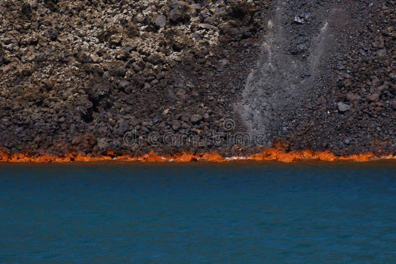 Вулканическая лава горя в море стоковое фото