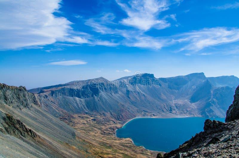 Вулканические скалистые горы и озеро Tianchi, Changbaishan, Китай стоковые изображения