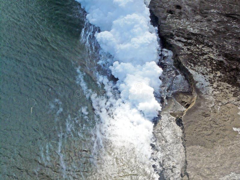 Вулканическое извержение от воздуха на Гавайских островах стоковые фото